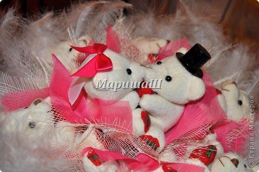 """Мои друзья поставили передо мной интересную задачу декора свадьбы в стиле """"Мишки очень любят..."""". Букет невесты, если учесть, что свадьба зимняя,  хотелось чтобы состоял из декоративного материала...Наш выбор пал на букет из мягких игрушек. Роясь на просторах интернета, я так и не нашла ничего, что научило бы меня от """"А"""" до """"Я"""" это делать...Поэтому мастер класс из догадок...из обравков фраз..из накопленного опыта. фото 1"""