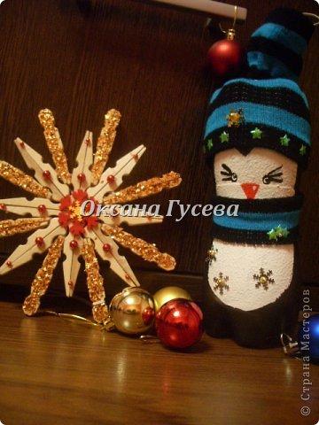 Очередной конкурс...Новогодняя игрушка на ёлку в городском парке!!! Пересмотрела всё что можно....она ведь должна выдержать погодные условия!!! Решили делать снежинку....ИЗ ПРИЩЕПОК!!!  фото 16
