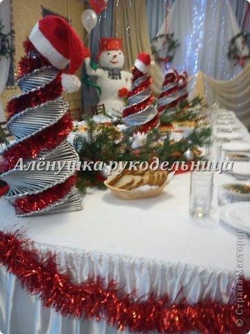 Ёлочки из газет, веночки из ивы, икебаны с пихтой на столы,драпировка стен и стола, снеговик ростом 2м с символом года-змеёй. Итак, делюсь свеженьким своим оформлением  банкета на сей раз Новогоднего...сразу оговорюсь, что ёлки идея не моя, а подсмотрела её здесь у Светланы https://picasaweb.google.com/116142800034671214897/Svetlana размер только мне нужен был большой и ёлочки не такие изящные как у Светланы. на макушки сшила шапки...так вроде бы повеселее. скоро добавлю еще украшения на эти ёлки.через несколько дней будет следующий банкет...и еще несколько банкетов...фотки выложу :) фото 2