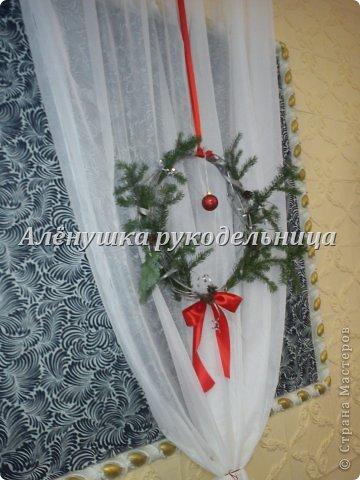 Ёлочки из газет, веночки из ивы, икебаны с пихтой на столы,драпировка стен и стола, снеговик ростом 2м с символом года-змеёй. Итак, делюсь свеженьким своим оформлением  банкета на сей раз Новогоднего...сразу оговорюсь, что ёлки идея не моя, а подсмотрела её здесь у Светланы https://picasaweb.google.com/116142800034671214897/Svetlana размер только мне нужен был большой и ёлочки не такие изящные как у Светланы. на макушки сшила шапки...так вроде бы повеселее. скоро добавлю еще украшения на эти ёлки.через несколько дней будет следующий банкет...и еще несколько банкетов...фотки выложу :) фото 4