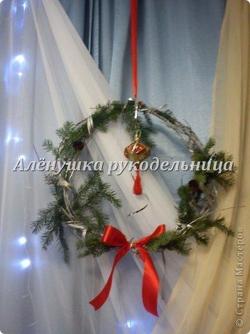 Ёлочки из газет, веночки из ивы, икебаны с пихтой на столы,драпировка стен и стола, снеговик ростом 2м с символом года-змеёй. Итак, делюсь свеженьким своим оформлением  банкета на сей раз Новогоднего...сразу оговорюсь, что ёлки идея не моя, а подсмотрела её здесь у Светланы https://picasaweb.google.com/116142800034671214897/Svetlana размер только мне нужен был большой и ёлочки не такие изящные как у Светланы. на макушки сшила шапки...так вроде бы повеселее. скоро добавлю еще украшения на эти ёлки.через несколько дней будет следующий банкет...и еще несколько банкетов...фотки выложу :) фото 5