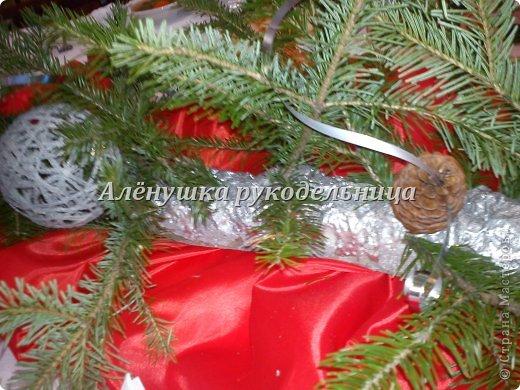 Ёлочки из газет, веночки из ивы, икебаны с пихтой на столы,драпировка стен и стола, снеговик ростом 2м с символом года-змеёй. Итак, делюсь свеженьким своим оформлением  банкета на сей раз Новогоднего...сразу оговорюсь, что ёлки идея не моя, а подсмотрела её здесь у Светланы https://picasaweb.google.com/116142800034671214897/Svetlana размер только мне нужен был большой и ёлочки не такие изящные как у Светланы. на макушки сшила шапки...так вроде бы повеселее. скоро добавлю еще украшения на эти ёлки.через несколько дней будет следующий банкет...и еще несколько банкетов...фотки выложу :) фото 9