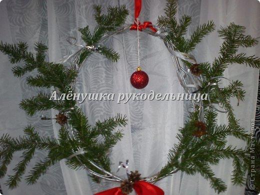 Ёлочки из газет, веночки из ивы, икебаны с пихтой на столы,драпировка стен и стола, снеговик ростом 2м с символом года-змеёй. Итак, делюсь свеженьким своим оформлением  банкета на сей раз Новогоднего...сразу оговорюсь, что ёлки идея не моя, а подсмотрела её здесь у Светланы https://picasaweb.google.com/116142800034671214897/Svetlana размер только мне нужен был большой и ёлочки не такие изящные как у Светланы. на макушки сшила шапки...так вроде бы повеселее. скоро добавлю еще украшения на эти ёлки.через несколько дней будет следующий банкет...и еще несколько банкетов...фотки выложу :) фото 13