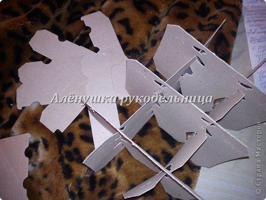 Привет всем заглянувшим в гости! вот такой снеговик родился у меня за 3 недели.сейчас было бы быстрее конечно же :)  вот материал который использовался в большом количестве: -коробки -бумажный скотч -проволока -картон(ячейки для бутылок) -ПВА, обойный клей,клей-пистолет -газеты -пена монтажная(с пистолетом) -туалетная бумага, кисть -шпаклёвка,шпатель резиновый -финишная штукатурка(у меня кнауф),  -водоэмульсионка акриловая,поролоновая губка -баллончик красной краски -шарф,чёрный картон для глаз -ткань полметра для змеи -синтепон, проволока,глазки,язык-змее -ножницы,одностороннее полотно для ножевки по металлу фото 13