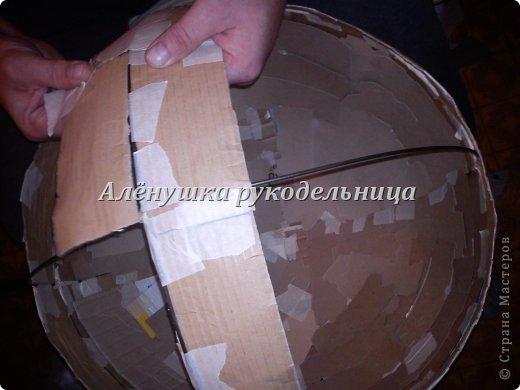Привет всем заглянувшим в гости! вот такой снеговик родился у меня за 3 недели.сейчас было бы быстрее конечно же :)  вот материал который использовался в большом количестве: -коробки -бумажный скотч -проволока -картон(ячейки для бутылок) -ПВА, обойный клей,клей-пистолет -газеты -пена монтажная(с пистолетом) -туалетная бумага, кисть -шпаклёвка,шпатель резиновый -финишная штукатурка(у меня кнауф),  -водоэмульсионка акриловая,поролоновая губка -баллончик красной краски -шарф,чёрный картон для глаз -ткань полметра для змеи -синтепон, проволока,глазки,язык-змее -ножницы,одностороннее полотно для ножевки по металлу фото 14