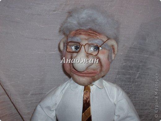 Профессор Хочу представить мою самую полюбившуюся куклу, расставаясь с ней чуть не плакала. Может потому что шился он в такие краткие сроки, а может потому что получился как живой, не знаю, но сроднилась я с ним очень сильно. Уехал он далеко и хозяин с ним разговаривает))) Заказали куклу, чтобы была обязательно мантия, шапочка и ракета, все остальтное не принципиально, но мантию на голое тело не оденешь, пришлось мобилизовать все силы и научитьсся шить рубашку. Работа кипела два дня и без огромной помощи мужа я не успела бы в срок. Лицо полностью свалено из акрила, по фотографии. Мантия и шапка  снимается, ракету может держать в руках, а можно поставить рядом.  фото 8