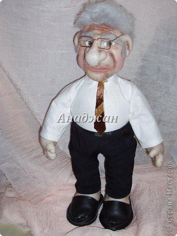 Профессор Хочу представить мою самую полюбившуюся куклу, расставаясь с ней чуть не плакала. Может потому что шился он в такие краткие сроки, а может потому что получился как живой, не знаю, но сроднилась я с ним очень сильно. Уехал он далеко и хозяин с ним разговаривает))) Заказали куклу, чтобы была обязательно мантия, шапочка и ракета, все остальтное не принципиально, но мантию на голое тело не оденешь, пришлось мобилизовать все силы и научитьсся шить рубашку. Работа кипела два дня и без огромной помощи мужа я не успела бы в срок. Лицо полностью свалено из акрила, по фотографии. Мантия и шапка  снимается, ракету может держать в руках, а можно поставить рядом.  фото 9