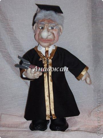 Профессор Хочу представить мою самую полюбившуюся куклу, расставаясь с ней чуть не плакала. Может потому что шился он в такие краткие сроки, а может потому что получился как живой, не знаю, но сроднилась я с ним очень сильно. Уехал он далеко и хозяин с ним разговаривает))) Заказали куклу, чтобы была обязательно мантия, шапочка и ракета, все остальтное не принципиально, но мантию на голое тело не оденешь, пришлось мобилизовать все силы и научитьсся шить рубашку. Работа кипела два дня и без огромной помощи мужа я не успела бы в срок. Лицо полностью свалено из акрила, по фотографии. Мантия и шапка  снимается, ракету может держать в руках, а можно поставить рядом.