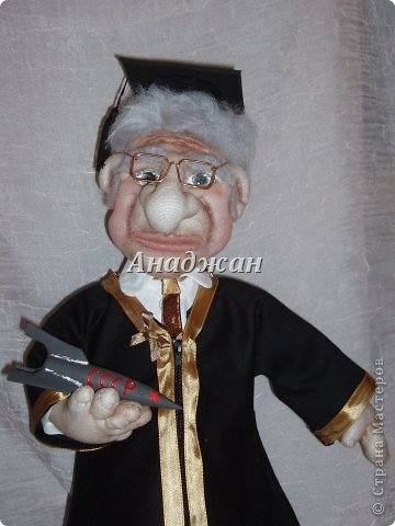 Профессор Хочу представить мою самую полюбившуюся куклу, расставаясь с ней чуть не плакала. Может потому что шился он в такие краткие сроки, а может потому что получился как живой, не знаю, но сроднилась я с ним очень сильно. Уехал он далеко и хозяин с ним разговаривает))) Заказали куклу, чтобы была обязательно мантия, шапочка и ракета, все остальтное не принципиально, но мантию на голое тело не оденешь, пришлось мобилизовать все силы и научитьсся шить рубашку. Работа кипела два дня и без огромной помощи мужа я не успела бы в срок. Лицо полностью свалено из акрила, по фотографии. Мантия и шапка  снимается, ракету может держать в руках, а можно поставить рядом.  фото 2