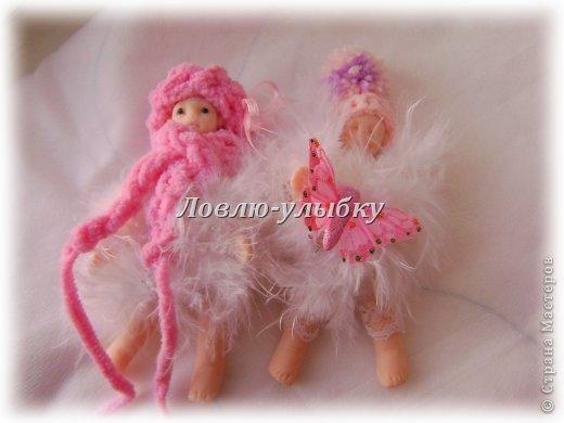 Понравилось мне лепить...и вот два пупса из пластики - высота 5 см. В шубке из лебяжьего пуха, поэтому они мне показались ангелочками.  Кто такой пупс!? Игрушечный малыш, кукла-голышка. Многие образцы игрушек русские кукольники заимствовали из Германии. Оттуда, возможно, вместе с новым именем (по-немецки кукла — «Puppen») пришел к нам и целлулоидный пупс начала века — большой голыш, которого можно было усаживать и укладывать. Ручки и ножки у него были закреплены внутри туловища системой резиночек — двигать их было можно, а вот оторвать — не слишком легко. Правда, резиночки со временем изнашивались и все-таки рвались. Вот он - мой пупс в шапочке с помпоном фото 4