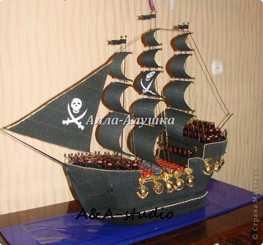 Доброго времени суток, дорогие жители страны мастеров! Выкладываю на ван суд свой уже второй пиратский корабль. Он непростой и история его создания тоже интересная. Изначально задумывался просто корабль мужчине. Я, не долго думая, предложила сделать корабль с бутылкой. Заказчик согласился, привез бутылку и сообщил, что корабль обязательно должен быть пиратским. И вот тут я задумалась. В итоге получилась такая конструкция. фото 1