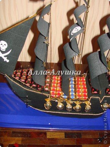 Доброго времени суток, дорогие жители страны мастеров! Выкладываю на ван суд свой уже второй пиратский корабль. Он непростой и история его создания тоже интересная. Изначально задумывался просто корабль мужчине. Я, не долго думая, предложила сделать корабль с бутылкой. Заказчик согласился, привез бутылку и сообщил, что корабль обязательно должен быть пиратским. И вот тут я задумалась. В итоге получилась такая конструкция. фото 6