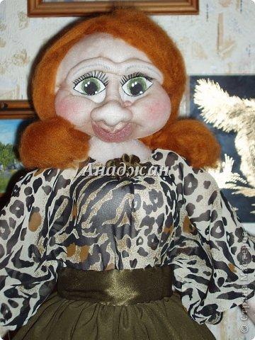 """Ассорти бывает разное, у меня вышло из кукол и игрушек, как сделанных в последнее время, так и летнего периода. Кукла-чехол """"Кира"""". Имя дала как у хозяйки, спонтанно получилось личико уж очень похожее на хозяюшку. Заказала куклу друг нашей семьи, после сделанного ремонта в ванной остался старый бочок для белья, который менять на новый она категорически отказалась, небольшого размера и очень удобный, но вид у него не презентабельный. Попросила сшить куклу для него, чтобы было все чинно и благородно. Только оказалось, что она одно имела представление о кукле, а я другое, вот вышла эдакая дама со статусом, муж назвал ее Екатурина II ))) Вот и хозяйка увидев ее обомлела и сказала, что находиться в ванной, совемещенный санузел при такой даме, просто не прилично и выставила ее с бочком в коридор, так что теперь она не просто кукла чехол, а еще и встречает и провожает входящих в дом. Личико свалено, низ каркас, тело на бутылке. Одежду, кроме юбки пришлось вручную сшить сразу на кукле. Рост около 75 см."""