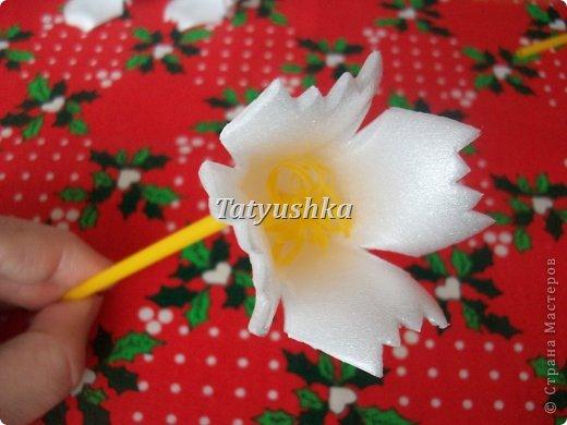 Здравствуйте, мастера и мастерицы! Предлагаю посмотреть, как можно сделать или попробовать самим сделать простые цветочки из упаковки от яиц. фото 33