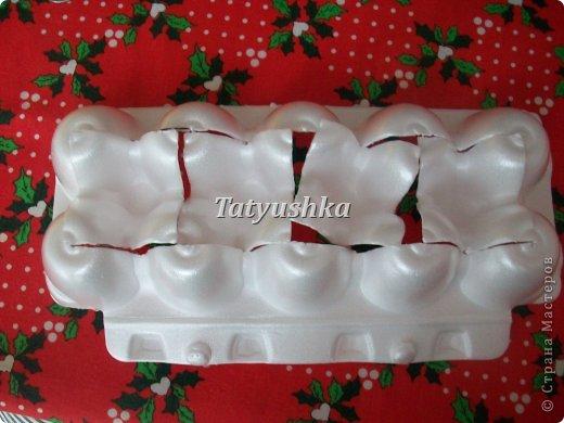 Здравствуйте, мастера и мастерицы! Предлагаю посмотреть, как можно сделать или попробовать самим сделать простые цветочки из упаковки от яиц. фото 15