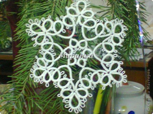 Понимаю,что жарким летом не до зимних праздников, но вот сейчас собрала всё,  во что я наряжала ёлочку на Новый год: разные снежинки и две ёлочки с разными звёздочками. фото 9