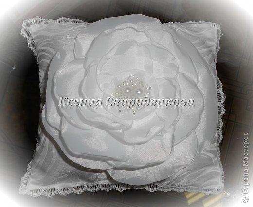Использованы: дорогая жаккардовая ткань, кружево, цветы ручной работы с сердцевиной из жемчужинок разной величины. фото 2