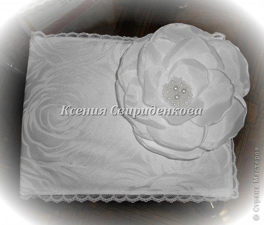 Использованы: дорогая жаккардовая ткань, кружево, цветы ручной работы с сердцевиной из жемчужинок разной величины. фото 3
