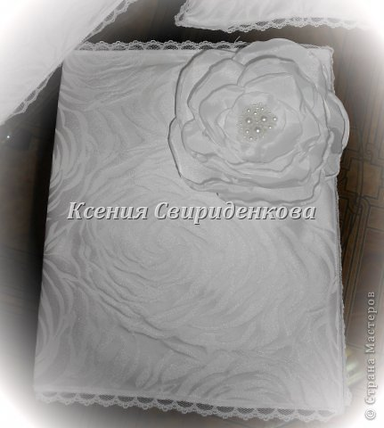 Использованы: дорогая жаккардовая ткань, кружево, цветы ручной работы с сердцевиной из жемчужинок разной величины. фото 4