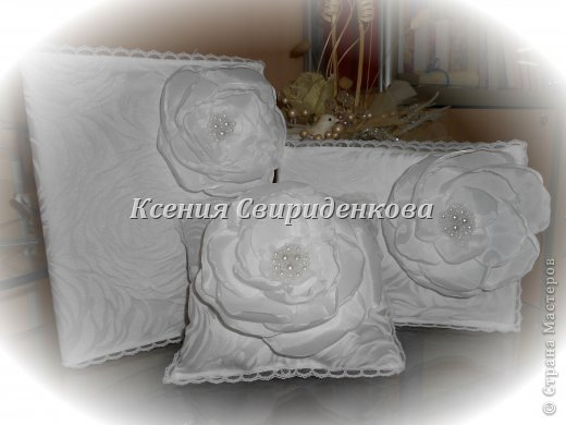 Использованы: дорогая жаккардовая ткань, кружево, цветы ручной работы с сердцевиной из жемчужинок разной величины.