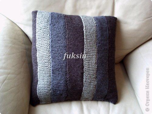 Эта подушка связана спицами из остатков пряжи.