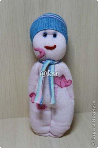 Приветствую всех своих соседей по СМ, а также ее гостей! @}->-- Сегодня выставляю вашему вниманию кукол из носочков. Увидела подробный МК по изготовлению таких кукол вот тут http://sinitca.blogspot.com/2011/02/2.html. И решила попробовать. Сын Егор подглядывая за процессом, попросил сшить таких кукол в подарок на 8 марта его подружкам-одноклассницам. Времени оставалось совсем мало, поэтому получилось то, что получилось. фото 2