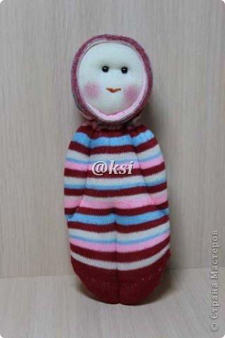 Приветствую всех своих соседей по СМ, а также ее гостей! @}->-- Сегодня выставляю вашему вниманию кукол из носочков. Увидела подробный МК по изготовлению таких кукол вот тут http://sinitca.blogspot.com/2011/02/2.html. И решила попробовать. Сын Егор подглядывая за процессом, попросил сшить таких кукол в подарок на 8 марта его подружкам-одноклассницам. Времени оставалось совсем мало, поэтому получилось то, что получилось. фото 4