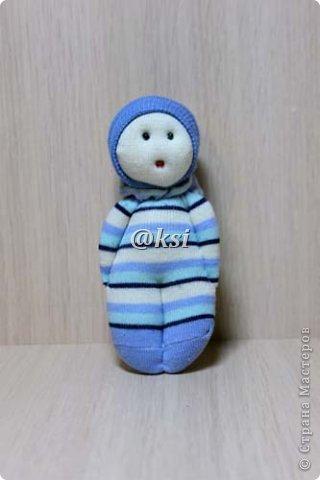 Приветствую всех своих соседей по СМ, а также ее гостей! @}->-- Сегодня выставляю вашему вниманию кукол из носочков. Увидела подробный МК по изготовлению таких кукол вот тут http://sinitca.blogspot.com/2011/02/2.html. И решила попробовать. Сын Егор подглядывая за процессом, попросил сшить таких кукол в подарок на 8 марта его подружкам-одноклассницам. Времени оставалось совсем мало, поэтому получилось то, что получилось. фото 6