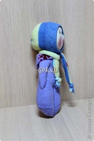 Приветствую всех своих соседей по СМ, а также ее гостей! @}->-- Сегодня выставляю вашему вниманию кукол из носочков. Увидела подробный МК по изготовлению таких кукол вот тут http://sinitca.blogspot.com/2011/02/2.html. И решила попробовать. Сын Егор подглядывая за процессом, попросил сшить таких кукол в подарок на 8 марта его подружкам-одноклассницам. Времени оставалось совсем мало, поэтому получилось то, что получилось. фото 14