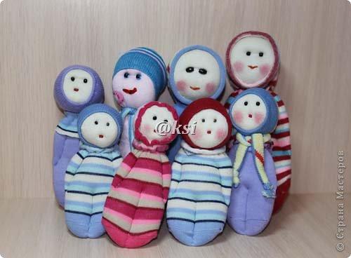Приветствую всех своих соседей по СМ, а также ее гостей! @}->-- Сегодня выставляю вашему вниманию кукол из носочков. Увидела подробный МК по изготовлению таких кукол вот тут http://sinitca.blogspot.com/2011/02/2.html. И решила попробовать. Сын Егор подглядывая за процессом, попросил сшить таких кукол в подарок на 8 марта его подружкам-одноклассницам. Времени оставалось совсем мало, поэтому получилось то, что получилось. фото 16