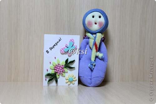 Приветствую всех своих соседей по СМ, а также ее гостей! @}->-- Сегодня выставляю вашему вниманию кукол из носочков. Увидела подробный МК по изготовлению таких кукол вот тут http://sinitca.blogspot.com/2011/02/2.html. И решила попробовать. Сын Егор подглядывая за процессом, попросил сшить таких кукол в подарок на 8 марта его подружкам-одноклассницам. Времени оставалось совсем мало, поэтому получилось то, что получилось. фото 22