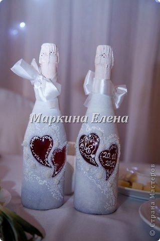 Бутылочки с шампанским уже на свадебном столе) В сердечках - инициалы жениха и невесты и дата свадьбы. фото 1
