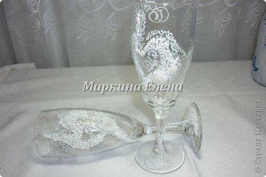 Бутылочки с шампанским уже на свадебном столе) В сердечках - инициалы жениха и невесты и дата свадьбы. фото 2