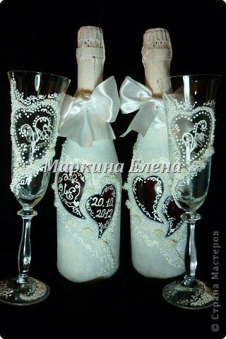 Бутылочки с шампанским уже на свадебном столе) В сердечках - инициалы жениха и невесты и дата свадьбы. фото 3