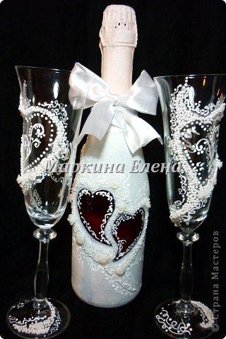 Бутылочки с шампанским уже на свадебном столе) В сердечках - инициалы жениха и невесты и дата свадьбы. фото 4