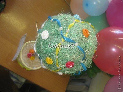 Мой первый опыт. И с сизалью, и с пластикой и вообще с топиариями. Делала ко дню рождения подруги, а так как она любит бирюзовый цвет, то изначальная задумка была сделать бирюзовые цветы и оттенить бирюзовой лентой. но в процессе работы мне показалось, что только с одним-двумя цветами будет скучновато и я накупила разной пластики и понеслась душа в рай!))) фото 3