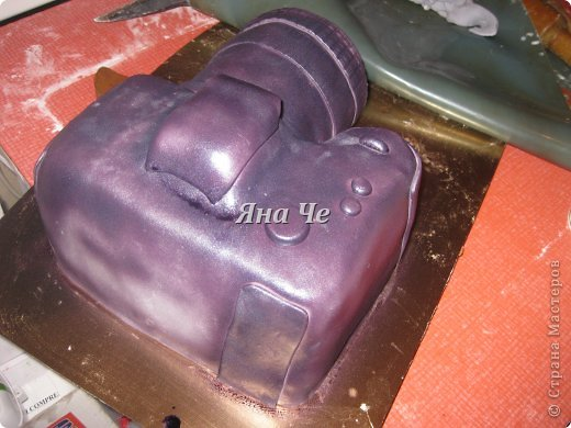 Такой вот торт-фотоаппарат сегодня я сделала. Делала его впервые и постаралась запечатлеть сей процесс, чем и хочу поделиться с Вами. Это первый мой МК, так что не судите строго. фото 15