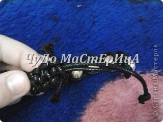Браслет шамбала толстой нитками муляне либо веревочками либо же шнурками Нам понадобятся два отрезка нашей верёвочки ниточки . Один 40-45 см. Второй 120-125 см. фото 15