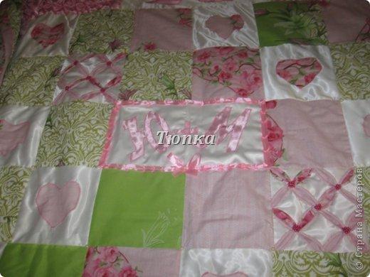 Вот такое покрывало-одеяло получилось в подарок молодоженам. Размер покрывала 200*240 см.( фотоаппарат не смог захватить полностью изделие) Внутри синтипон. фото 2