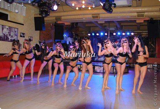 """Приветствую Всех и хочу поделиться своей """"масштабной"""" работой)))В студии, куда я хожу заниматься танцами, мой тренер организовала школу танцев на пилоне """"Kats"""".Меня попросили сшить 11 костюмов из лака для выступления.Вот такие кошечки у меня получились))) фото 10"""