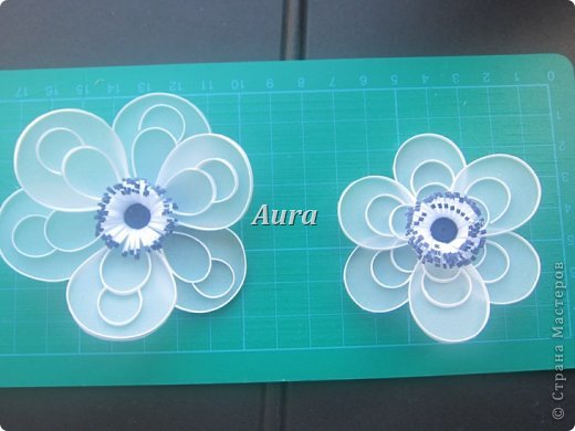 День добрый! Работаю над новой композицией, центральной частью которой будут эти анемоны. Сборка – дело долгое, потому сначала покажу, как делаю такие цветочки. Получаются они очень нежными, воздушными. Цветок, исполненный в такой технике я увидела впервые на сайте Botanical Quilling Japan - ссылка внизу поста, здесь не получается вставить активную:(.  МК на сайте я не нашла, но принцип вполне ясен по фото. Решила поделиться с вами процессом:)) фото 9