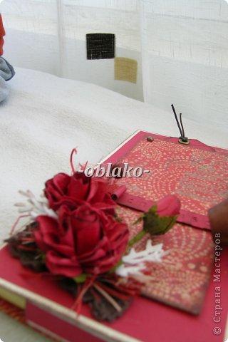 Первая моя шоколадница. Захотелось сделать приятное очень хорошему человеку. Почему-то именно в красном цвете...  Использована цветная бумага для пастели, сизаль, эмбоссинг(золото), скрап-бумага,  принтер ручной. фото 5