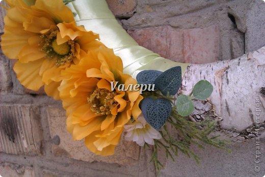 Декоративный венок на дверь. Диаметр 30 см. Материалы: береста, атласная лента, искусственные цветы фото 2