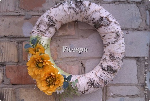 Декоративный венок на дверь. Диаметр 30 см. Материалы: береста, атласная лента, искусственные цветы фото 1