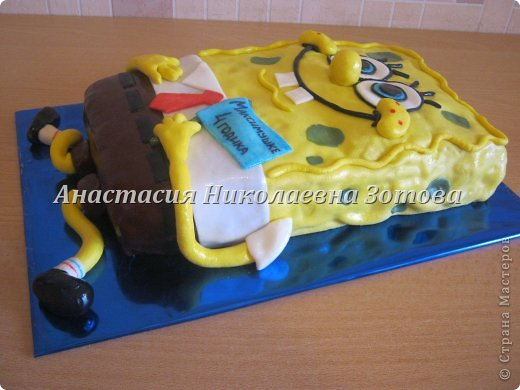 Июнь выдался для меня богатым на заказы тортиков. Сразу у трех подруг деткам по 4 годика исполнялось.  Этот тортик для любителя мультика про губку Боба. Он немного длинноват, сначала имя хотела прямо на нем написать, а в процессе создания передумала и написала на флажке (уж слишком много букв пришлось бы вырезать). На украшение этого тортика ушло порядка 5 часов. фото 2