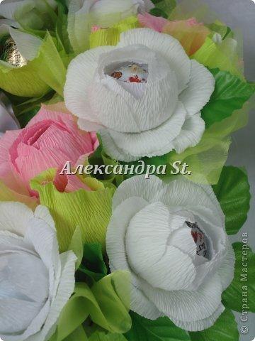 Мне очень понравились работы из конфетами на стране мастеров. Насмотревшись прекрасных работ мастеров я попробувала сделать даму с конфетными цветами. Для этой работы я использовала 41 конфету (20 цветов и 21 бутон). Сама композиция диаметром 35 см. фото 4
