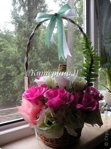 В корзине 27 цветков с конфетами и бутылочка шоколадного напитка:) Это подарок для подруги на день рождения! фото 1
