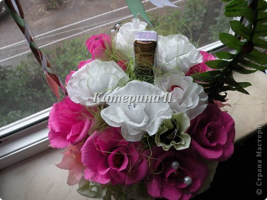 В корзине 27 цветков с конфетами и бутылочка шоколадного напитка:) Это подарок для подруги на день рождения! фото 2