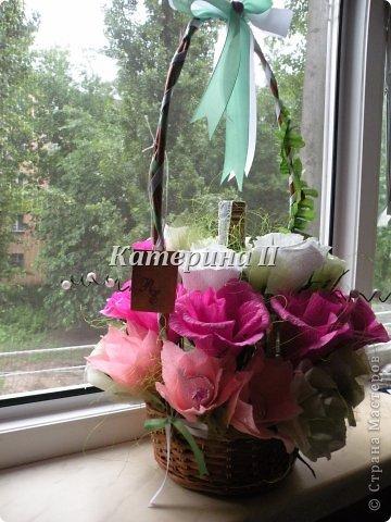 В корзине 27 цветков с конфетами и бутылочка шоколадного напитка:) Это подарок для подруги на день рождения! фото 3