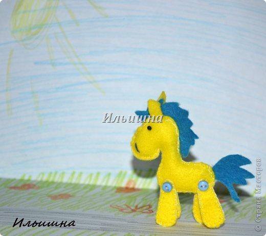 """Всем большой солнечный привет, в этот последний летний день!=) Неделю назад на Ярмарке М. была продана моя лошадка """"Вдохновение"""". Уехала красавица в Омск, а потом её переправят в Германию к маленькой девочке трех лет, которая лежит в онкологическом центре. Малышка очень любит лошадок, и чтобы преподнести ей ещё один сюрприз, я решила сделать лошадку-брелок.  А потом подумала...ведь на носу НГ, и многие будут искать как сделать подарок потратив минимум усилий и времени, но с великолепным и жизнерадостным результатом. Вот так и созрел мой и МК!)))  Малышки высотой 7 см. Подвижны и устойчивы. Всё как у взрослых: http://stranamasterov.ru/node/611392 Шить лошадки мы будем из фетра - великолепный материал. Нежный, приятный. Шить будем Всё в ручную(!!!) что особо важно для тех, у кого нет швейной машинки. Времени на одну лошадку у меня ушло полтора часа. Потом меньше))) Я поэкспериментировала и решила проверить сколько лошадок я сошью за неделю. Как видите, при минимальных усилиях и нехватки времени у меня вышло 12 скакунов (на фото 11, так как одна лошадка уже по дороге в Омск).  И так, поехали..как это было)))  P,S, лошадки принимают участие в конкурсе: """"Лошади бывают разные"""" http://stranamasterov.ru/node/612099 фото 21"""